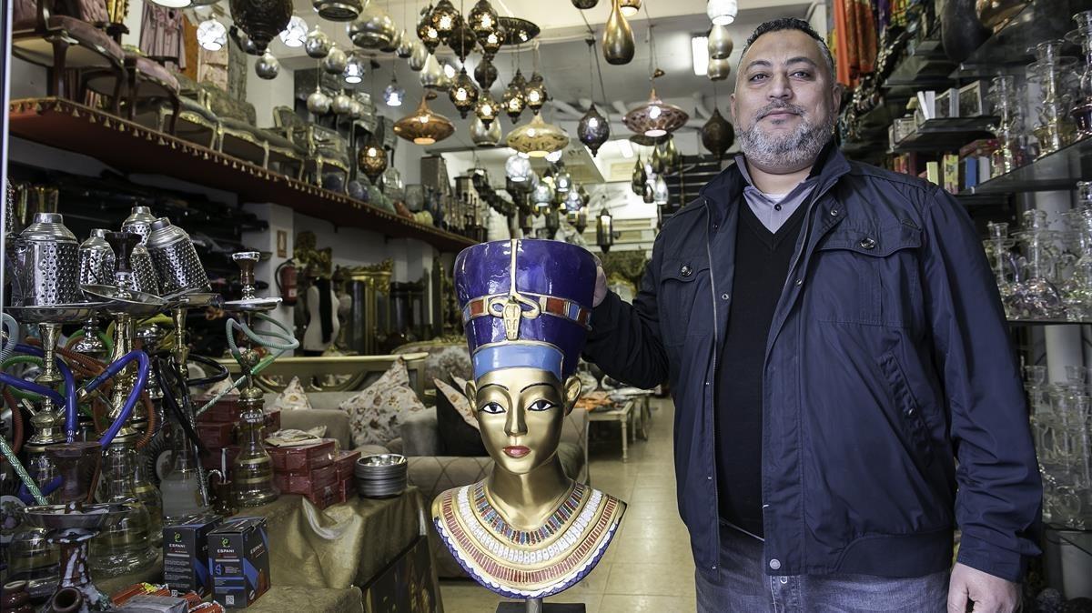 Hany Eltantawi, en su original tienda de Consell de Cent.