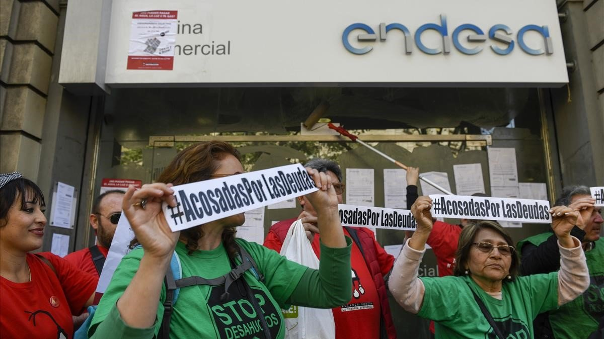 Acción de la Aliança contra la Pobresa Energèticafrente a una oficina de Endesa en Barcelona, en abril del 2018.
