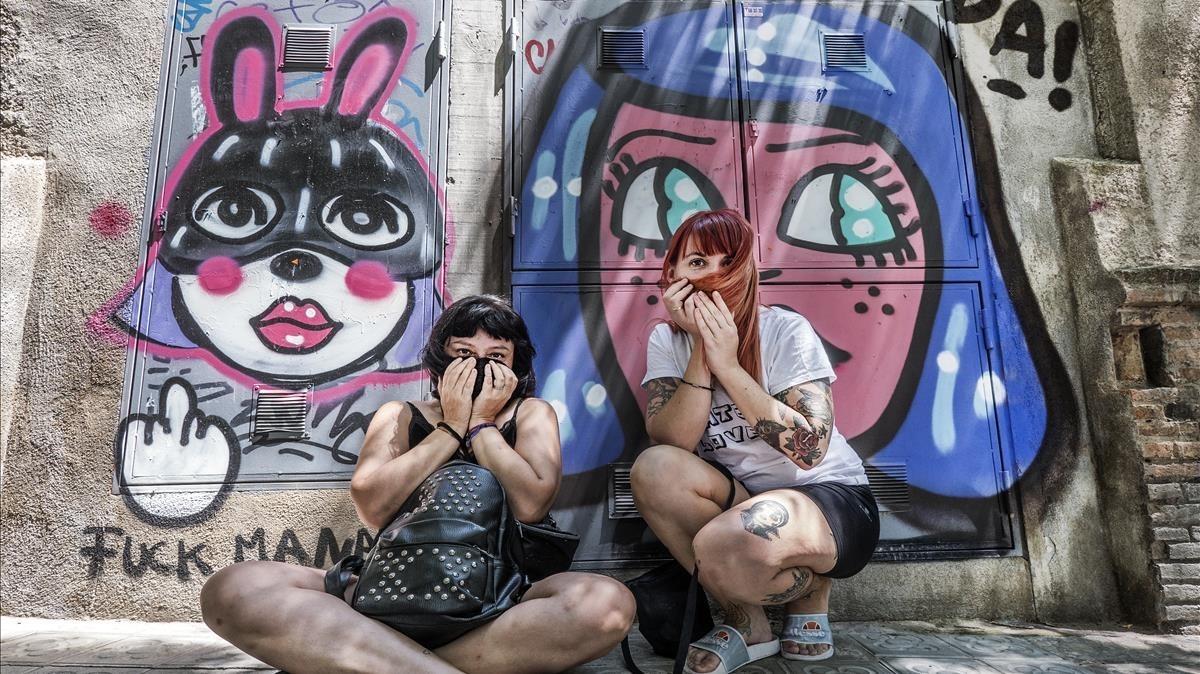 Vegan Bunnies y Malicia, fundadoras de The Hate Lovers, de espaldas a una pintada conjunta en Barcelona.