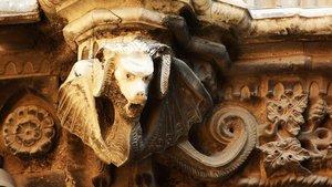 Uno de los detalles con colmillos de la catedral que se descubre en la Ruta vampírica.