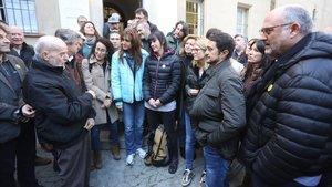 El monje capuchino Joan Botam recibe a los políticos independentistas que participan en el ayuno de 24 horas.