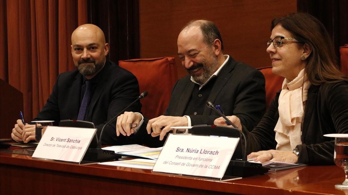 Saül Gordillo, Vicent Sanchis y Núria Llorach, en la comisión de control de la CCMA, en el Parlament.
