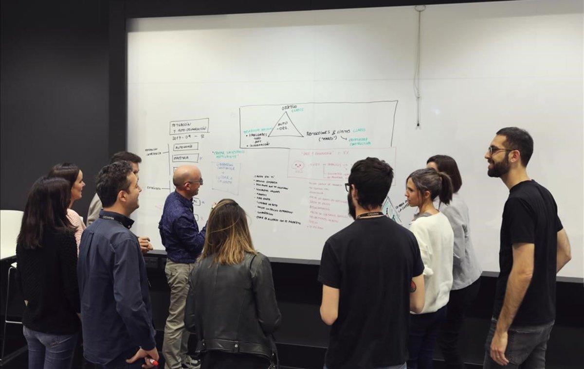 Xavier Albaladejo, en una sesion de trabajo con metodologias agiles en Mango.