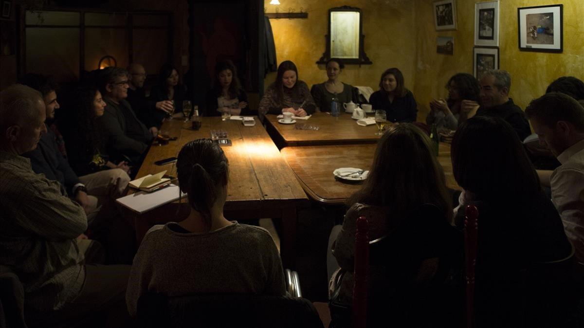 Ambiente de reunión secreta en la trastienda delCafè de les Delicies, en elRaval. Es unade las dos quedadassemanales del Sócrates Café de Barcelona.