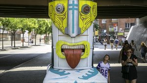 Un grup d'artistes dignifiquen el pont de la Riera Blanca amb pintura i materials reciclats