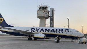 Un avión de Ryanair en la base de Girona.