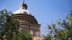 La cúpula de Sant Andreu escondida, desde hace años, tras una malla de seguridad.