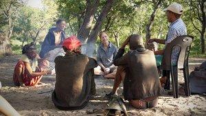 Vanessa Hayes, investigadora responsable del estudio, junto a una comunidad de cazadores de Namibia