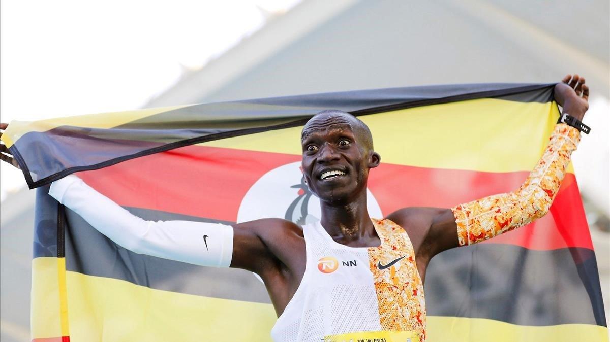 Chipatgei entra a meta en València batiendo el récord de 10.000 metros.