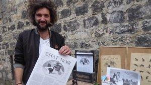 Romain Nouat ha vuelto a editar la publicación satírica'Chat Noir', en el barrio de Montmartre donde estuvo el mítico cabaret del mismo nombre.