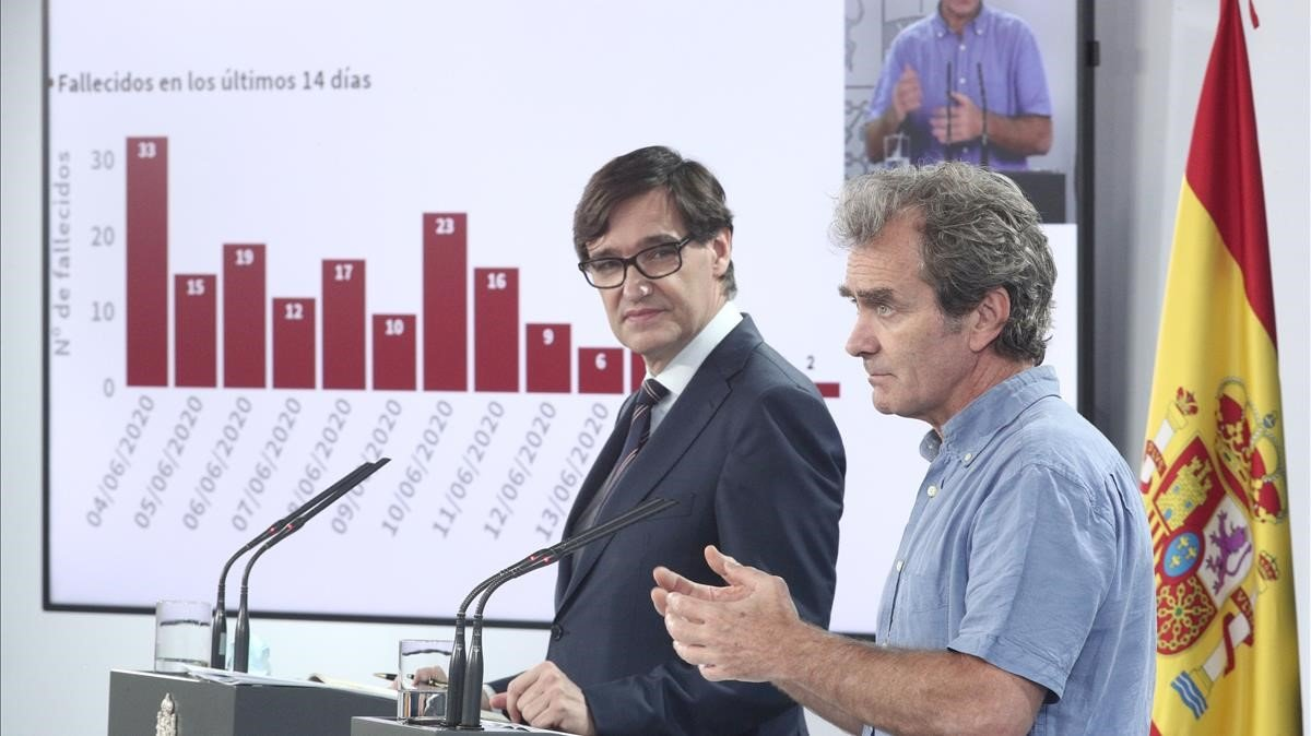 El ministro de Sanidad, Salvador Illa, y el director del CCAES, Fernando Simón, en una comparecencia el pasado junio.