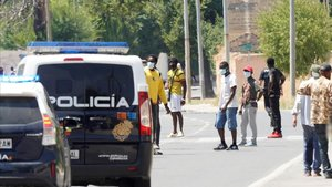 Un grupo de temporeros cortan la circunvalación de Albacete este domingo tras el cierre de su asentamiento