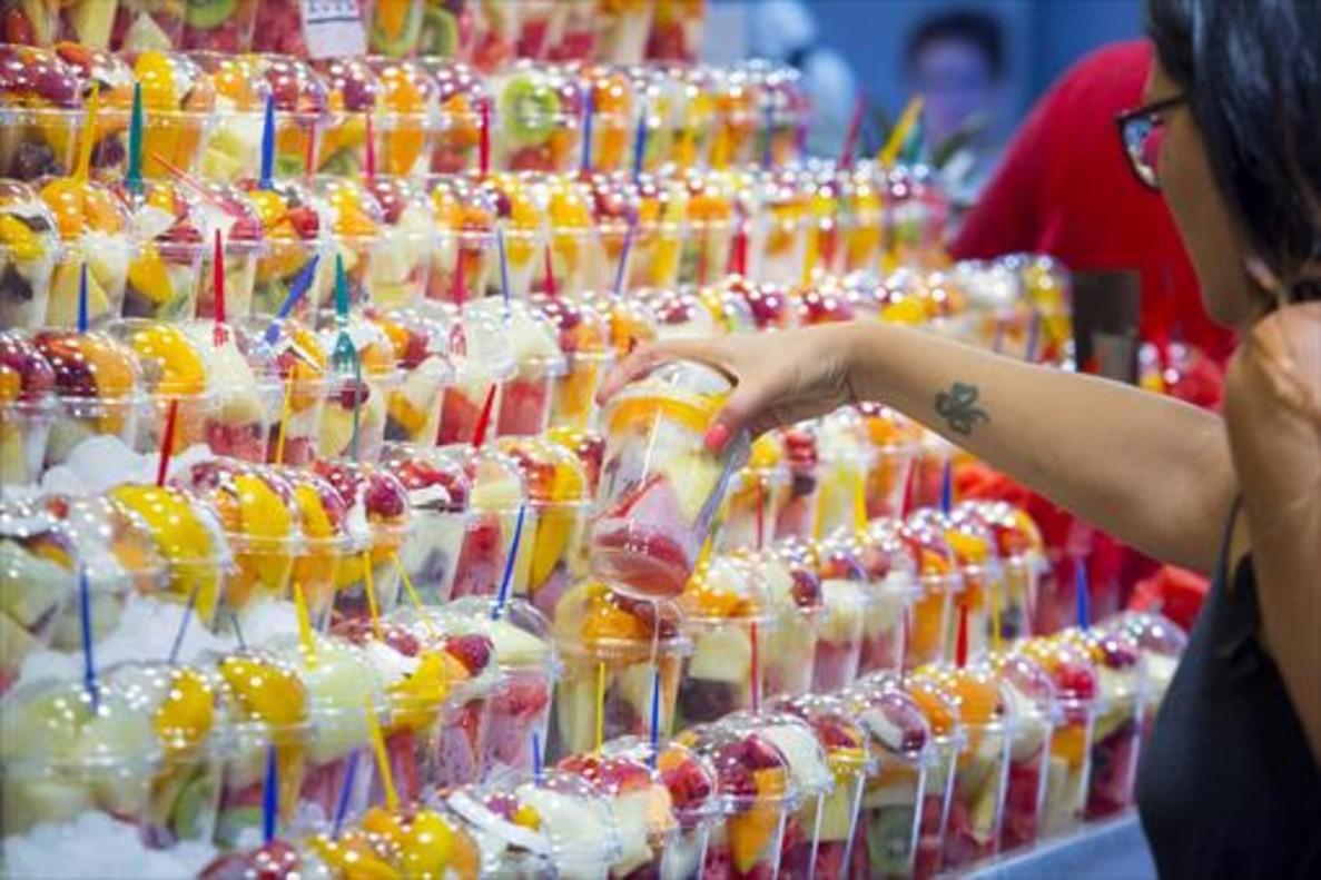 Zumos y frutas de la Boquería 8 El plástico ha adquirido preponderancia en la alimentación y los mercados.