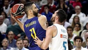 Navarro, en su 63º clásico de Liga, disputa el balón con Rudy.