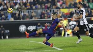 Jordi Alba marca el gol del empate del Barça en Mestalla.