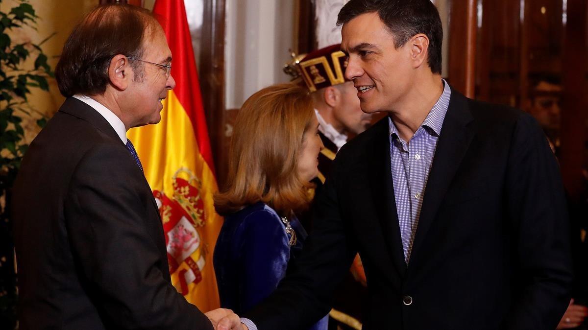 El presidente de Senado y la presidenta de la Cámara Baja, saludan a Pedro Sánchez.
