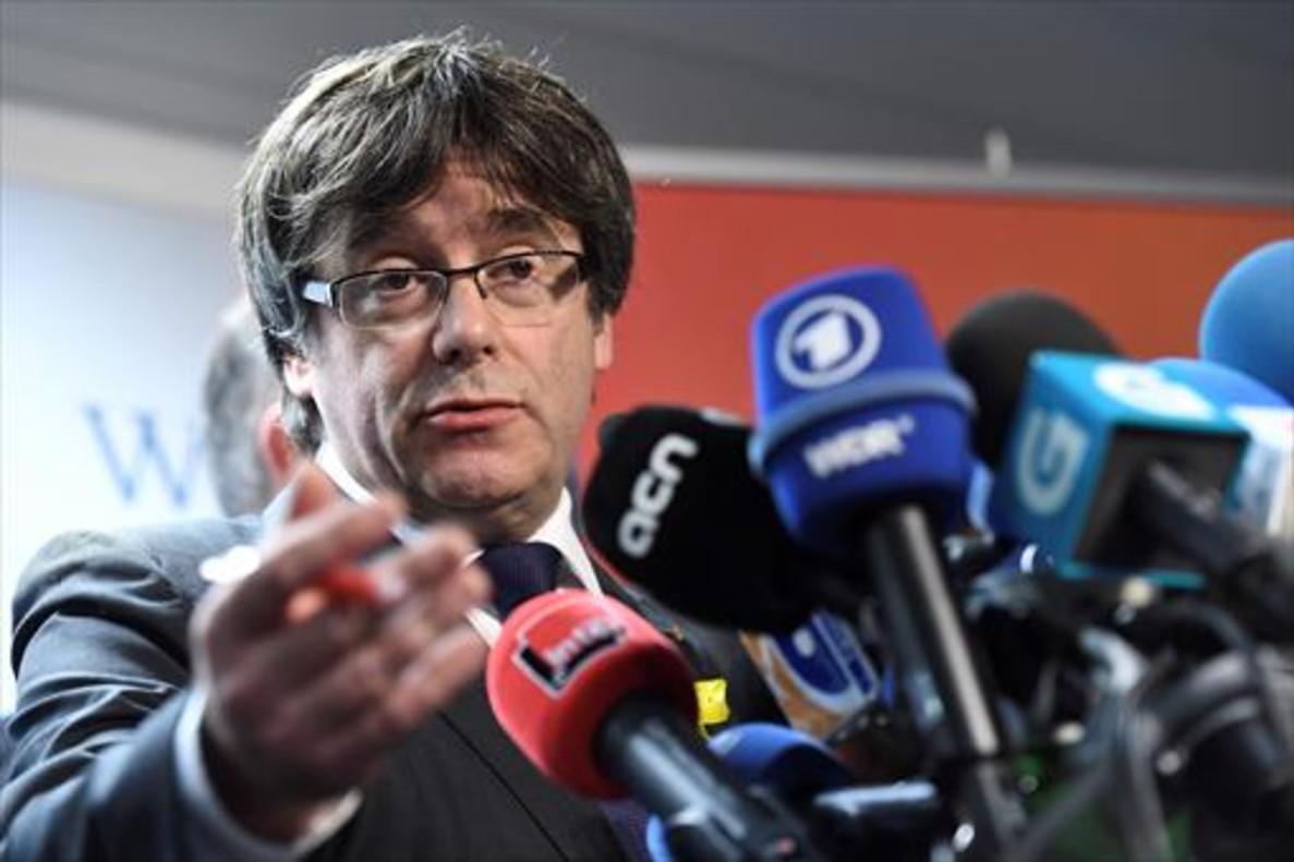 Carles Puigdemont se dirige a los medios de comunicación, ayer en Bruselas.