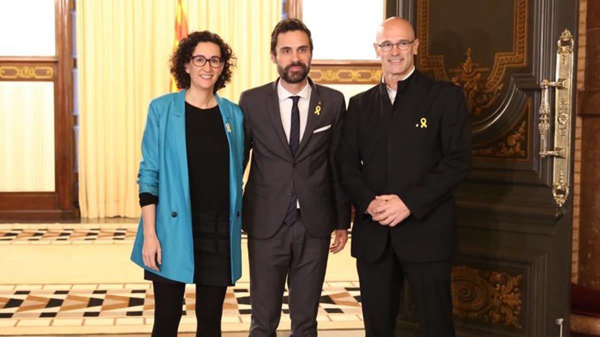 Roger Torrent recibe a Marta Rovira y Raül Romeva, este viernes en el Parlament, dentro de la ronda de contactos con los grupos.