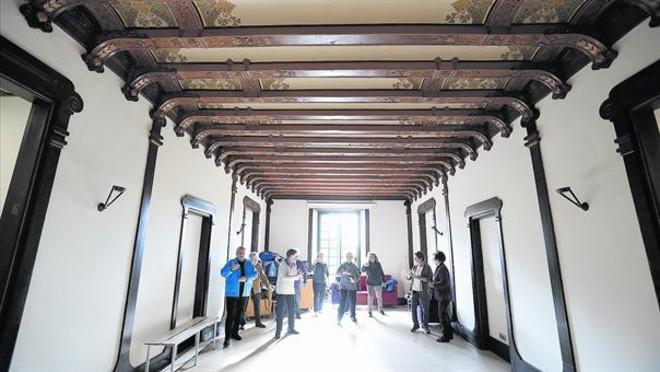 Una clase de taichí en la sala noble de Can Castelló en un día de lluvia.