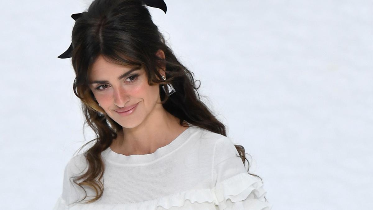 98ef2d4a7 Penélope Cruz desfila para Chanel como homenaje a Karl Lagerfeld.