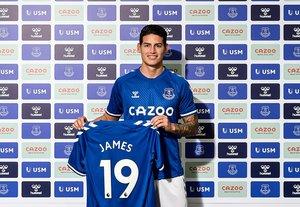 El colombiano James Rodríguez posa con la camiseta del Everton tras su fichaje por el club inglés.