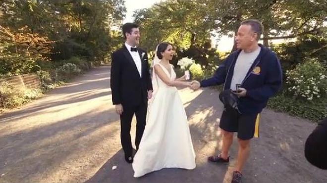 Tom Hanks saluda a Ryan y Elisabeth en el día de su boda
