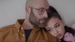 El actor Eduard Farelo y la cantante Bad Gyal, padre e hija, en el espot de los Premis Gaudí 2020