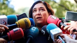 Ada Colau atiende a los medios durante la Diada.