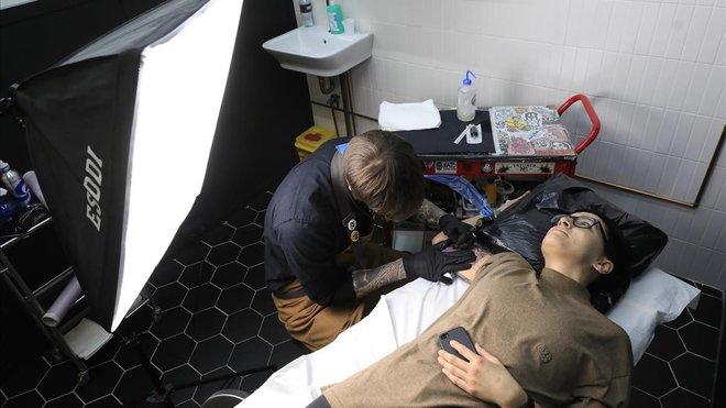 Estudio Eclipse Tattoo. En la foto, El Carlo tatúa a Carol.