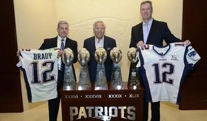 Agentes del FBI y de la policía de Massachusetts posan con las camisetas recuperadas de Tom Brady en el estadio de los Patriots.