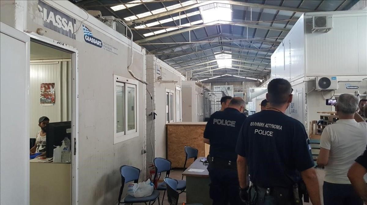 Agentes en las dependencias policiales del campo de refugiados de Chios.