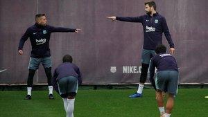 Alba y Piqué conversan en el último entrenamiento previo al clásico en Sant Joan Despí.