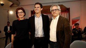 Albert Rivera, este sábado en Estella (Navarra), junto a la número dos de la lista de Ciudadanos para las elecciones europeas, Maite Pagazaurtundua, y el candidato Carlos Pérez Nievas.