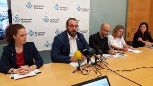 """El alcalde de Mataró, David Bote, acompañado de la concejal Elizabet Ruiz y colaboradores del proyecto""""Yes we rent / Lloguem""""."""
