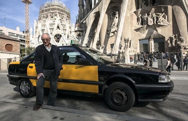 Antonio Carmonaposa junto a su taxi junto a la Sagrada Família.