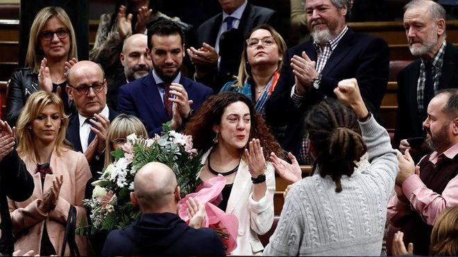 Emotivo aplauso ala diputada del grupo de Unidas Podemos Aina Vidal.
