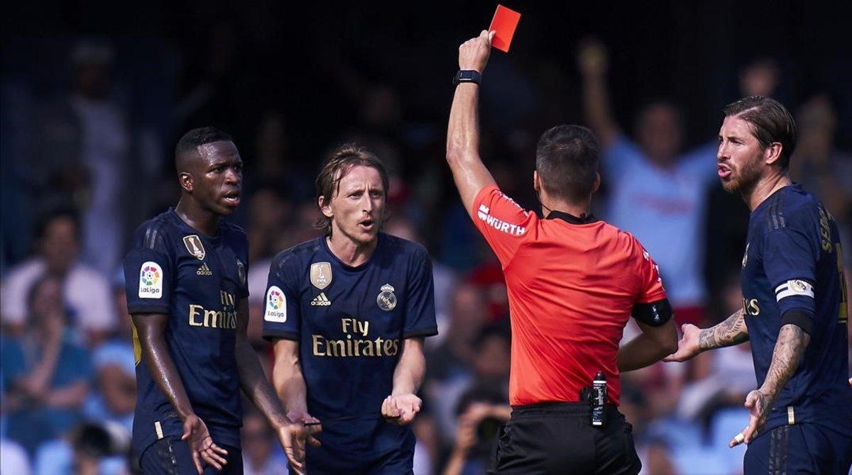 El árbitro Estrada Fernández expulsa a Modric por su dura entrada a Denis en el Celta-Madrid.