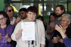 Ascensión López muestra la sentencia que la condena por un delito de injurias.