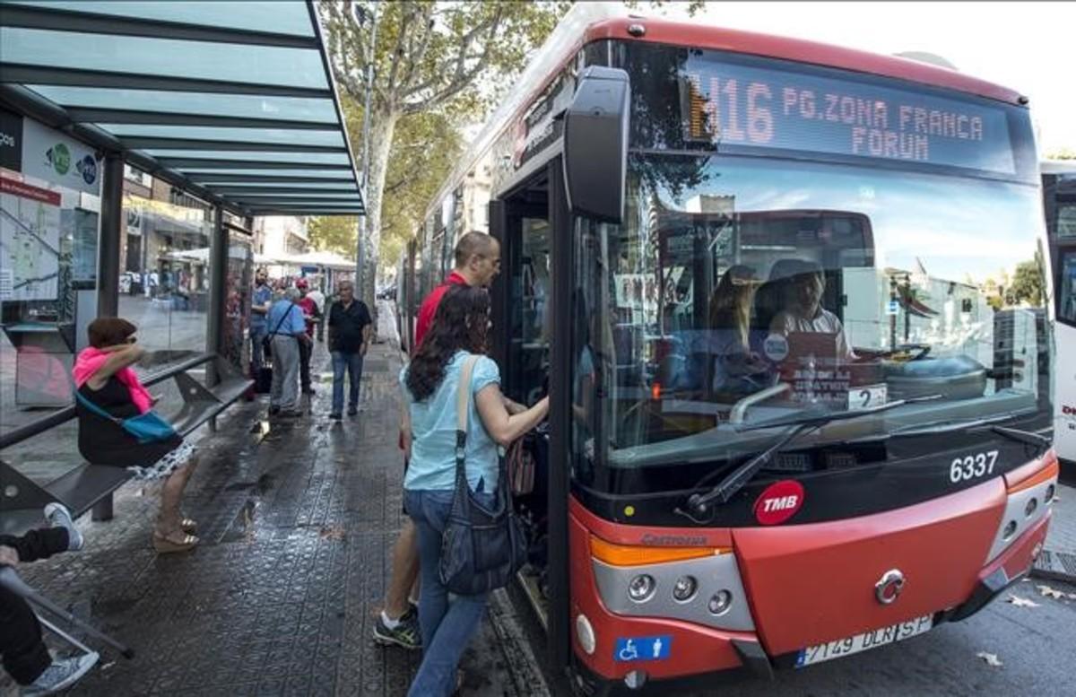 El autobús H16 de servicioen Plaza Catalunya