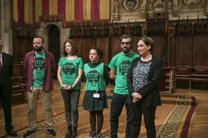 La alcaldesa de Barcelona, Ada Colau, con miembros de la PAH, este viernes en el ayuntamiento.