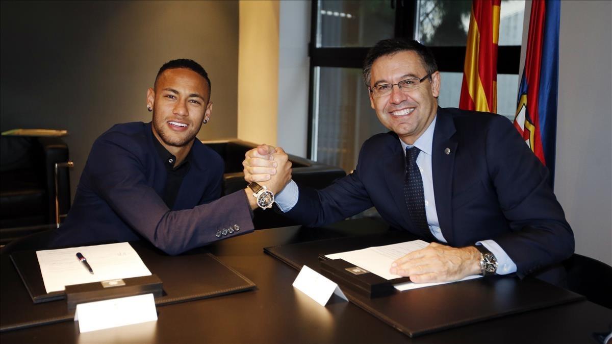 Bartomeu y Neymar, en la renovación por el Barça firmada en el 2016.