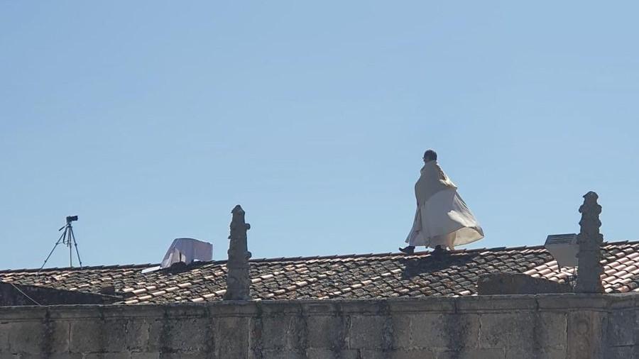 Bendición del párroco de Arroyo de la Luz (Cáceres), Juan Manuel García, desde el tejado de la iglesia.