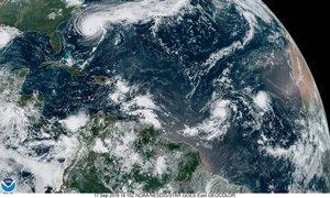 Fotografía por la Administración Nacional Oceánica y Atmosférica (NOAA) del huracán Humberto.