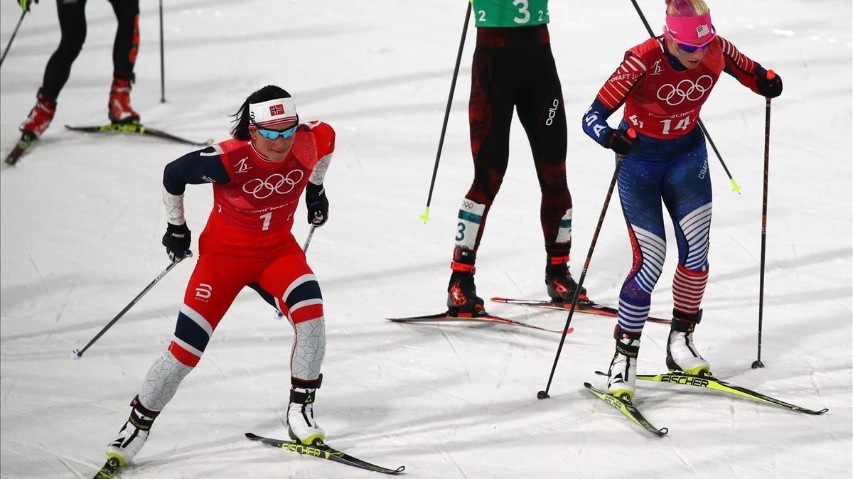 Björgen (izquierda), con la estadounidense Randall, en la prueba de esprint por equipos estilo libre.