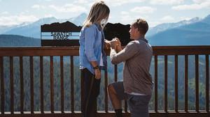 Zach se arrodilla para pedir matrimonio a Catie durante una visita al pueblo de Vail.