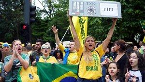 Seguidores del candidato ultraderechista Jair Bolsonaro en un acto electoral en Sao Paulo el pasado domingo.