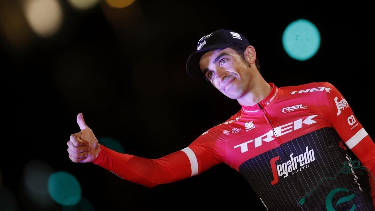 Alberto Contador en el podio de la plaza de la Cibeles de Madrid tras la última etapa de La Vuelta.