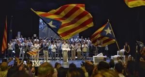 Carles Puigdemont interviene en el mitin de final de campaña de CDC en el teatro Kursaal de Manresa.