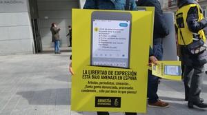 Amnistía Internacional protesta en la Audiencia contra las condenas a raperos y tuiteros