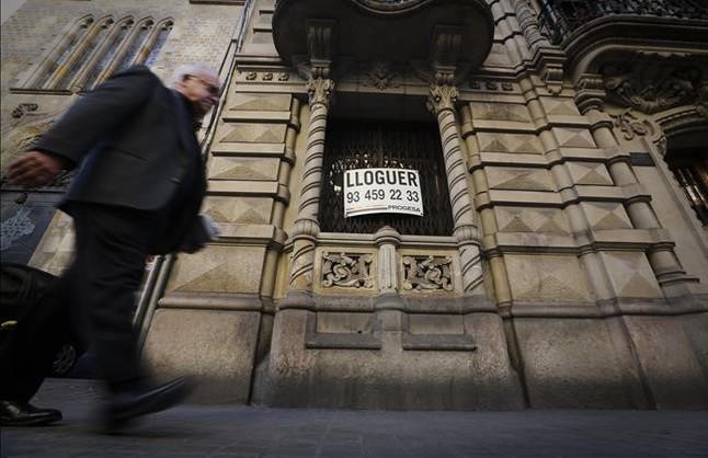 Cartel de piso en alquiler en la calle de València.